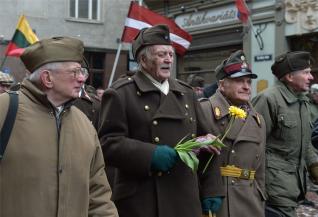 Défilé d'anciens combattants de la Waffen SS à Riga
