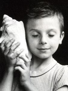 Photo Edouard Boubat, L'Enfant au coquillage. L'intuition expliquée aux enfants
